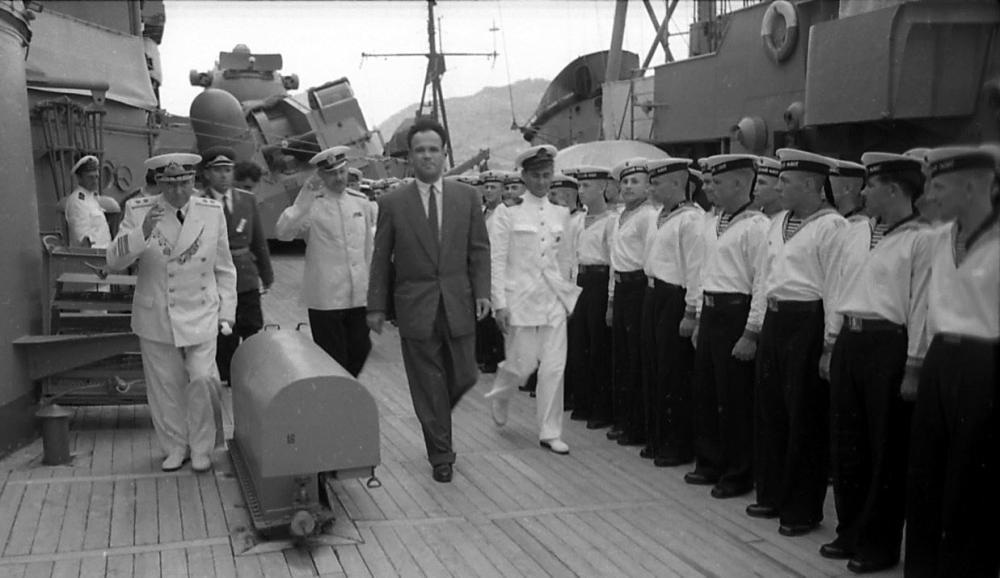 Югославский солдат и английский матрос поджидали у моста быстроглазую швейку (с)